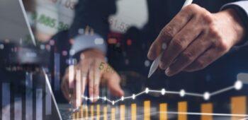empresario-haciendo-analisis (1)